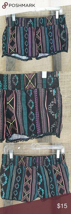 "Tinseltown Denim Couture women's S shorts tussle Tinseltown Denim Couture women's S shorts tussle trim Aztec print linen blend.  Waist side to side: 15.5"" Length: 10"" Tinseltown Shorts"
