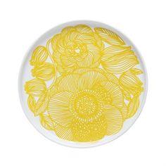 Dieser Teller mit 20cm Durchmesser wird von einem lebendigen Blumenmuster im angesagten Farbton Gelb geziert. Kurjenpolvi ist finnisch und bedeutet auf Deutsch 'Pelargonie' - die Inspirationsquelle für diese Porzellankollektion. Design von Aino-Maija Metsola und Sami Ruotsalainen für Marimekko.