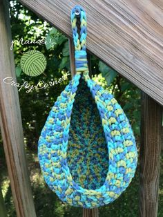 I made a few baskets a couple weeks ago and I've been sitting on the pattern because I just didn't like the way they looked. Then the end of the school year was upon us, I went to the d… Crochet Home, Crochet Yarn, Easy Crochet, Free Crochet, Crochet Scrubbies, Crochet Slippers, Crochet Basket Pattern, Granny Square Crochet Pattern, Crochet Patterns