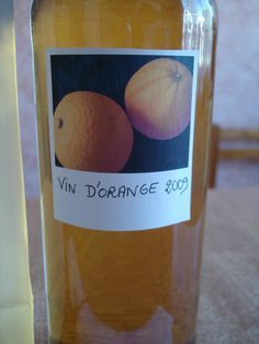 C'est un apéritif délicieux du sud de la France que l'on a l'habitude de servir (ou d'offrir) à Noël. Pour pouvoir régaler votre entourage il faut laisser macérer 3 à 4 mois. VIN D'ORANGE On devrait plutôt dire vin de zeste d'orange. - INGREDIENTS : -...