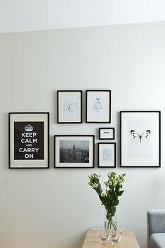 Disposition des cadres sur un mur Bedroom Decor, Wall Decor, Lounge Decor, Cozy Living Rooms, Inspiration Wall, Frames On Wall, Frames Decor, Bedroom Styles, Picture Wall