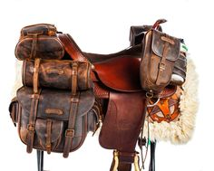 On Top saddlebags in worn leather, suitable for all western saddles. Used for trekking and long rides all across the globe. Horse Armor, Horse Gear, Horse Tack, Horse Saddle Bags, Breyer Horses, Trail Riding, Horse Riding, Leather Craft, Leather Bag