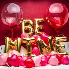 Recuerda que el amor se celebra todos los días. Globos en forma de letras.