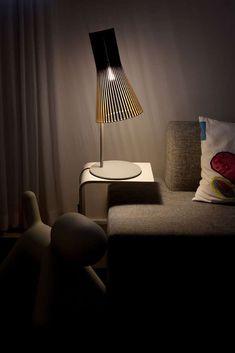 Die Secto Design Secto 4220 Tischleuchte überzeugt durch ihr natürliches Design und das behagliche Licht, das sie spendet. Diese Tischleuchte ist bereits ein Designklassiker der Gegenwart. Sie hat einen unten leicht zylindrisch, oben...