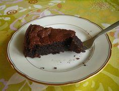 Vláčný čokoládový dort bez mouky , krok 7: Nechte 10 minut vychladnout, poté opatrně uvolněte okraje formy. Dort je výborný ke kávě, čaji nebo jen tak.