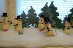 """""""Lumiukot suksilla"""" (2.lk) Ketjusilmukkatyö. Massapallot kiinni toisiinsa tikuilla. Päällystetään ketjusilmukoilla. (Alakoulun aarreaitta FB -sivustosta / Titta Kaartinen) Diy Crafts For School, Primary Education, Snowman, Arts And Crafts, Crochet, Kids, Barn, Crafting, Young Children"""
