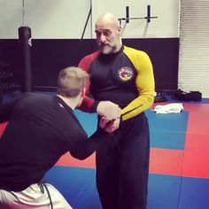 Self Defense Techniques, Fight Techniques, Martial Arts Techniques, Krav Maga Techniques, Krav Maga Self Defense, Self Defense Moves, Self Defense Martial Arts, Kickboxing Workout, Gym Workout Videos