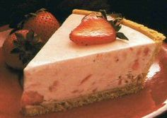 The taste of summer in a refreshing frozen pie. This sumptuous recipe makes two pies… one for now, one to freeze for later ! Chocolate Mousse Pie, Chocolate Peanut Butter Cheesecake, Chocolate Chip Ice Cream, Frozen Chocolate, Chocolate Chip Recipes, Strawberry Pie, Strawberry Recipes, Sweet Potato Pecan Pie, Mixed Berry Pie