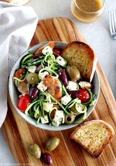 Salade grecque de poulet, courgettes et feta. Saine, riche en protéines et en oméga 3, cette salade grecque de poulet, courgettes et feta constitue un plat d'été rapide et savoureux à déguster en famille ou à emporter pour un pique-nique.