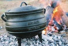 Taste Of Africa Cast Iron - Old Fashioned Three Legged Cooking Pots Burger Party, Cast Iron, It Cast, Restaurant Identity, Dutch Oven Recipes, South African Recipes, Wale, Exotic Food, Hot Pot