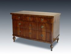 Cassettone (chest of drawers) veneered in walnut, the front with three drawers is decorated with the symmetry of the veins themselves. Marche late 18th century