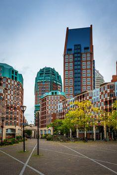 'De Resident', een wijk in Den Haag. De gebouwen zijn ontworpen door architect Rob Krier, die zich liet inspireren door het neo-traditionalisme. De bouw vond plaats van '90-'99. Rijksvastgoedbedrijf (2015). Den Haag, De Resident. Opgeroepen op februari 21, 2015 van Rijksvastgoedbedrijf: http://www.rijksvastgoedbedrijf.nl/vastgoed/projecten-in-uitvoering/den-haag-de-resident