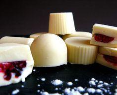 Bombones de chocolate blanco y frutos rojos