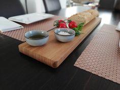 Längliches Holzbrett mit Griff aus Robinienholz, handwerklich gefertigt und hochwertig bearbeitet. Optimal zum Servieren von Tapas sowie zur Aufbereitung von Baguettes! Butcher Block Cutting Board, Tapas, Design, Wooden Platters, Easy Meals