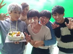 Jinyoung celebrates his birthday with B1A4 members