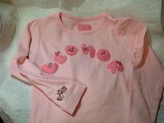 t-shirt com aplicações em tecido e bordada