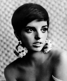 a young liza minnelli from the movie 'charlie bubbles' Liza Minnelli, Divas, Vintage Hollywood, Classic Hollywood, Short Hair Cuts, Short Hair Styles, Pixie Cuts, Short Pixie, Maria Callas