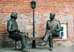 Irlantilais-englantilainen kirjailija Oscar Wilde (1854-1900) ja virolainen kirjailija Eduard Vilde (1865-1933). Tartto