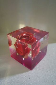 vintage 70s resine lucite rose paperweight - floral inclusion 1970s
