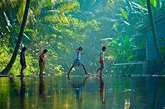 Crianças brincam em um povoado às margens do rio Pamba, no estado de Kerala, região sul da Índia – fotografadas em abril de 2012 por Sunil Ammadam.  Veja também:  http://semioticas1.blogspot.com/2011/09/apocalipses.html