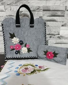 Kolorowy zawrót głowy - Her Crochet Felt Purse, Diy Purse, Diy Bags Purses, Felt Crafts Diy, Felt Diy, Felt Flowers, Fabric Flowers, Felt Phone Cases, Flower Bag