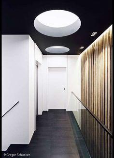 Das Farbkonzept von Weiß und Schwarz wurde bis ins Interieur konsequent weitergeführt Large Homes Exterior, Interior And Exterior, Interior Design, Central Building, New York Soho, Copenhagen Style, Lounge Design, Design Case, World Trade Center