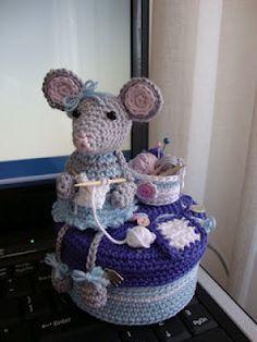IN HET ROSE HUISJE: Tante Toos aan het breien.....