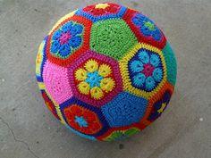 How to crochet a fun African-flower design soccer ball from 20 hexagonal and 12 pentagonal motifs. Toys Patterns african flowers How to make an African Flower soccer ball - Crochetbug Crochet Gratis, Crochet Diy, Crochet For Kids, Hexagon Crochet, Crochet Dishcloths, Crochet Food, Crochet Ideas, Crochet African Flowers, Crochet Flowers