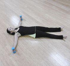 正しい姿勢を保つには、上半身の筋肉をトレーニングすることが大切です。上半身の主要な筋肉である、大胸筋と僧帽筋、広背筋を鍛えるためのエクササイズをご紹介します。ダンベルを2つ使用し、狭いスペースで、簡単に行えるトレーニングとは?