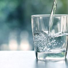 Close up the pouring purified fresh drink water from the bottle on table in living room Intestino Permeable, Ro Water Purifier, Water Purification, Best Water Filter, Water Filters, Water Challenge, Detox Challenge, Emergency Water, Mark Hyman
