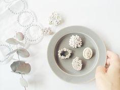 toitoiさんのモチーフは小さなお花が集まったデザインのものが多いんです。小花がリング風になっていたり、ブーケ風になっていたりとそれぞれ味わい深く、思わずコレクションしたくなってしまいますね。 Porcelain Jewelry, Ceramic Jewelry, Polymer Clay Jewelry, Jewelry Art, Beaded Jewelry, Jewellery, Diy And Crafts, Arts And Crafts, Charms