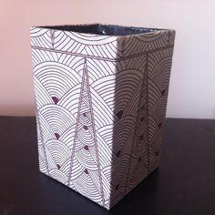 fr_grand_pot_a_crayons_en_papier_mache_decor_papier_nepalais_motifs_graphiques_et_geometriques_marrons_sur_fond_blanc_
