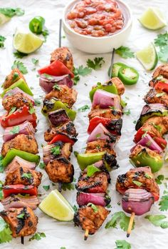 Fajita Chicken Kebabs-Fajita-style chicken grilled on skewers with veggies. A delicious chicken kebab recipe and easy dinner that your whole family will love. Low Carb Paleo, Low Carb Recipes, Cooking Recipes, Healthy Recipes, Delicious Recipes, Easy Grill Recipes, Low Carb Summer Recipes, Barbecue Recipes, Healthy Dishes