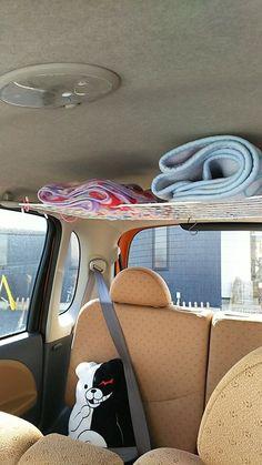 奥さんの車の中のアイデア。 ダイソーのS字フックを車内の左右の持ち手に引っかけて、ワイヤーネットで棚を作って膝掛けを収納。 合計金額、約300円。(^^)