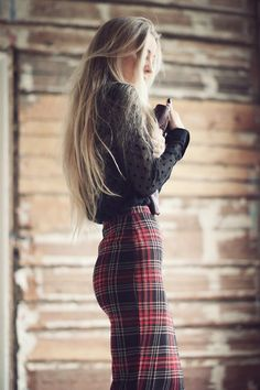 Black top and a knee length skintight tartan plaid pencil skirt. Style Work, Mode Style, Style Me, Plaid Pencil Skirt, Plaid Skirts, Plaid Pants, Pencil Skirts, Tartan Skirt Outfit, Looks Chic
