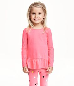 CONSCIOUS. Top in soft, organic cotton jersey with a ruffle at hem. Long sleeves.