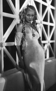 This is Gloria Stuart in the 1930's. She was the elderly Rose in titanic!!