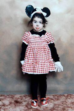 Esta é Amy Winehouse, com apenas 6 anos de idade. Hoje, faz um ano da morte da artista.