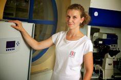 RNDr. Eva Cibulková - Leitende Embryologin. Eva ist schon seit mehreren Jahren ein fester Bestandteil unseres Teams. Auch wenn ihre Arbeit manchmal sehr anstrengend ist, verliert sie nicht das strahlende Lächeln.