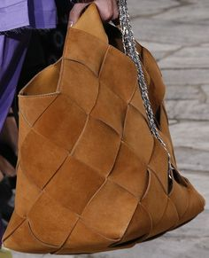 See detail photos for Loewe Spring 2016 Ready-to-Wear collection. Fashion Handbags, Purses And Handbags, Fashion Bags, Leather Handbags, Leather Bag, Fashion Accessories, Fashion Trends, Sacs Design, Use E Abuse