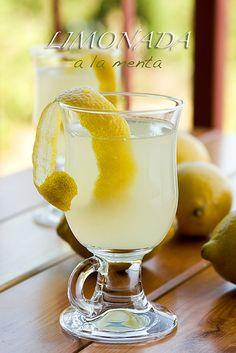 Limonada con menta:6 limones,1 1/2 l agua,4 cuch azúcar,1manojo de menta fresca. Exprimir. Poner el zumo en la jarra donde la vayamos a servir, añadir el azúcar y remover hasta su completa disolución. Añadir el agua y probar el punto de azúcar. Añadir más a gusto. Poner dentro de la jarra las hojas de menta lavadas y dejar enfríar en el frigo al menos un par de horas. Servir super fría.  http://amiloquemegustaescocinar.com/2009/08/01/limonada-a-la-menta/