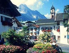 Gut 100 km südlich von München, im grünen Tal der Isar, zwischen Karwendel- und Wettersteingebirge liegt das weltbekannte Geigenbauerndorf Mittenwald.