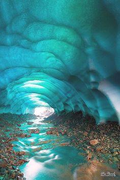 Skaftafell, cueva de hielo, en Islandia. Las cuevas de hielo son estructuras temporales que se forman en el borde de los glaciares cuando el agua derretida forma un agujero. El hielo formado tiene muy pocas burbujas de aire y absorbe toda la luz excepto el azul, que da a la cueva ese color único.