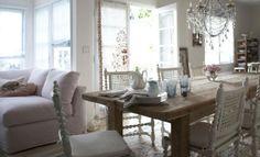 """Een steigerhouten tafel geeft een stoere """"touch"""" aan dit vrouwelijke interieur."""