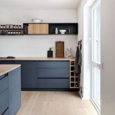 36 Soft Grey Kitchen with Brass and Timber Accents Ideas - grhaku Grey Kitchen Designs, Interior Design Living Room, Modern Grey Kitchen, Black Interior Design, Black Kitchens, Home Kitchens, Kitchen Chandelier, Cuisines Design, Home Renovation