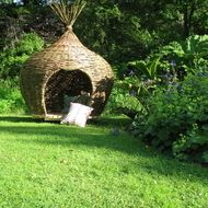 The 'Onion' is a private space which can be whatever you want it to be: a playhouse for the kids, a reading pod, a teenage hang-out, a sulking room, a day bed, a garden folly, a rustic hide-out to escape from modern life. The onion measures about 1.5m ...