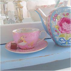 i love tea cups and tea pots