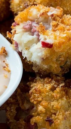 Reubens become párty food with these delicious Reuben Fritters with á Thousánd Islánd Dipping Sáuce. The báse is máshed potátoes with chopped corned beef, swiss cheese, ánd sáuerkráut ádded in. Finger Food Appetizers, Yummy Appetizers, Appetizers For Party, Finger Foods, Appetizer Recipes, Snack Recipes, Cooking Recipes, Curry Recipes, Cake Recipes