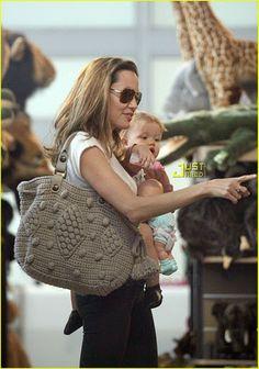 Angelina Jolie with Gerard Darel crochet bag Mochila Crochet, Crochet Backpack, Crochet Shell Stitch, Crochet Handbags, Crochet Purses, Knit Or Crochet, Crochet Gifts, Crochet Stitches, Crochet Patterns