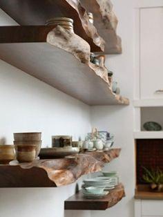 regal selber bauen wandregale aus massivholz teller tassen dekorationen küchenregal
